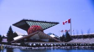 Le pavillon du Canada et sa pyramide inversée, le Katimavik ( s