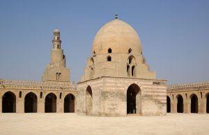 1280px-Kairo_Ibn_Tulun_Moschee_BW_5