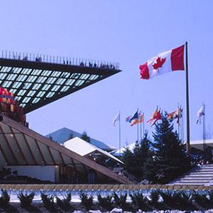 Le pavillon du Canada et sa pyramide inversée, le Katimavik ( signifiant