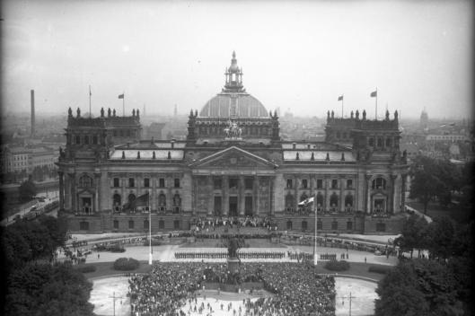 Bundesarchiv_Bild_102-13744,_Berlin,_Reichstag,_Verfassungsfeier.jpg