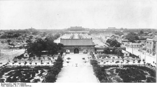 Bundesarchiv_Bild_137-009043,_Peking,_Blick_vom_Chienmen_auf_die_Kaiserstadt.jpg