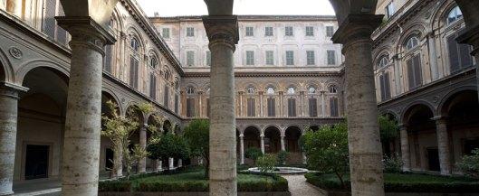 palazzo-doria-pamphilj-galleria-museo-roma-cortile10.jpg