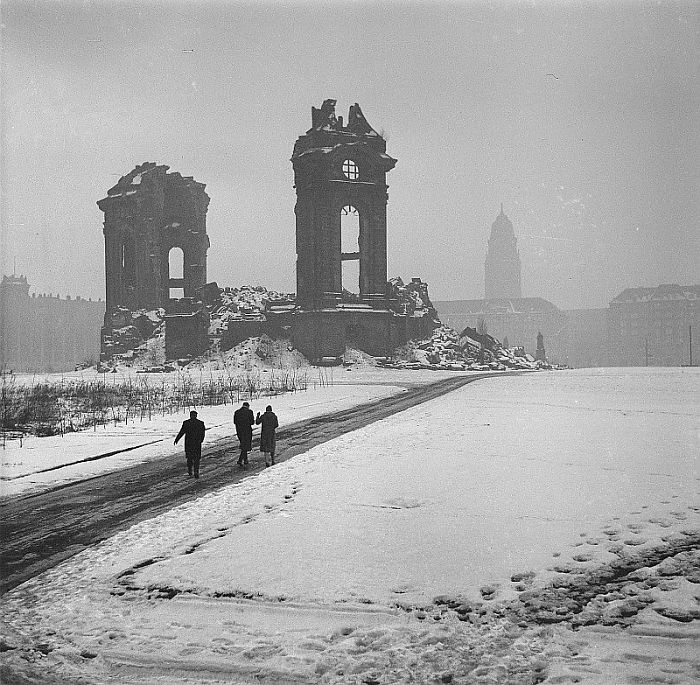 demolished-church-dresden-frauenkirche-cathedral-world-war-2-restoration-2-5cb82cad09c74__700.jpg