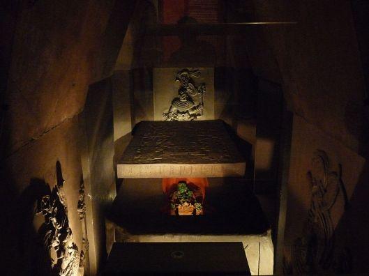 1024px-Ajuar_funerario_de_Pakal_el_Grande_(Museo_Nacional_de_Antropología)